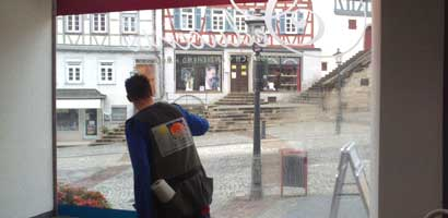 Splitterschutzfolie bei einem Schaufenster
