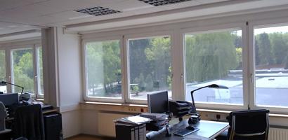 Bürogebäude mit Sonnenschutzfolie
