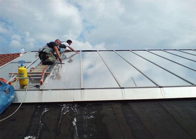 Sonnenschutzfolie auf Kunststoff bei Dächern von Industriegebäuden reinigen