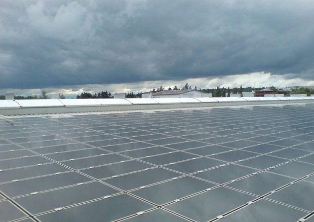 Sonnenschutzfolie auf Kunststoff auf einer entfernten Dachkuppel bei Faurecia in Ingolstadt