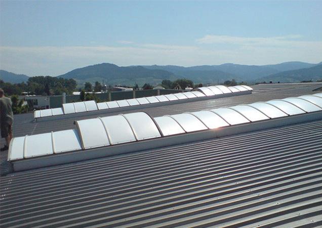 Sonnenschutzfolie auf Kunststoff auf einer langen Dachkuppel