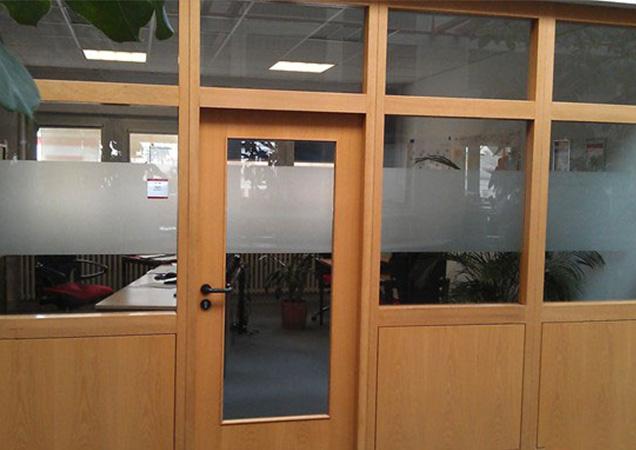 Sichtschutzfolie im Büro von vorne