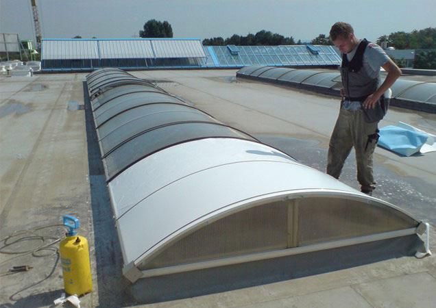 Sonnenschutzfolie auf Kunststoff auf einer langen Dachkuppel angefangen