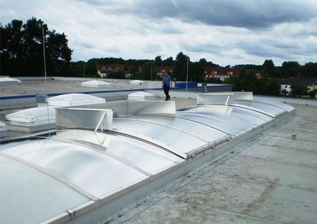 Sonnenschutzfolie auf Kunststoff auf einer breiten Dachkuppel in Marbach am Neckar