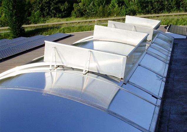 Sonnenschutzfolie auf Kunststoff auf einer Dachkuppel mit Lufteinlässen