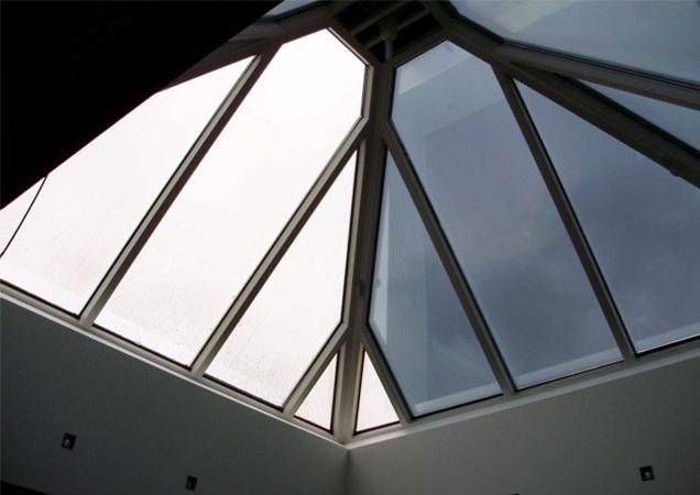Sonnenschutzfolie auf einer großen Dachpyramide