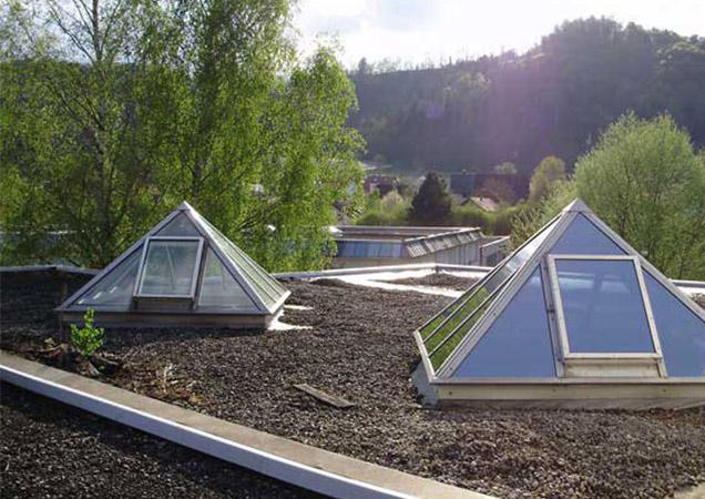 Sonnenschutzfolie auf einer Dachpyramide in Lindau