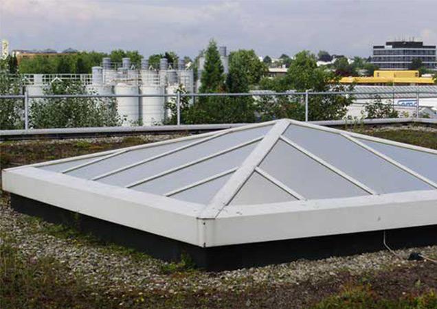 Sonnenschutzfolie auf einer Dachpyramide