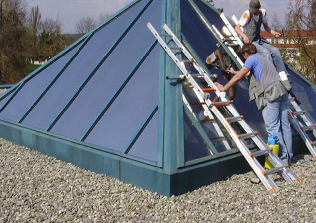 Sonnenschutzfolie auf einer kleinen Dachpyramide