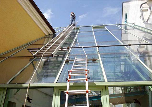 Sonnenschutzfolie auf Schrägverglasung von Bürogebäuden