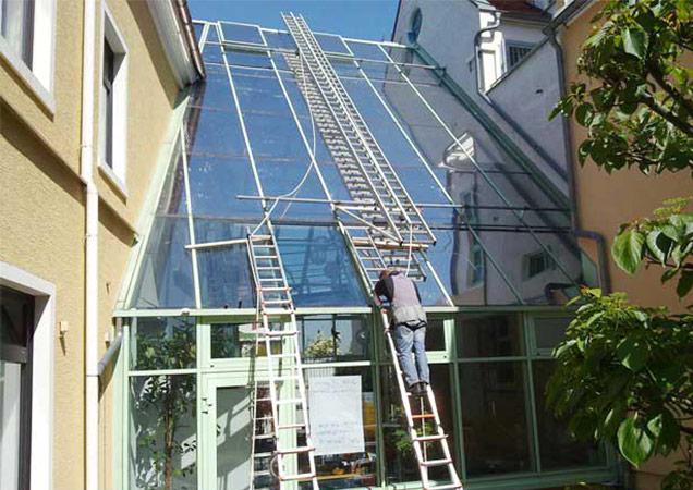 Sonnenschutzfolie auf Schrägverglasung von Bürogebäuden von Links