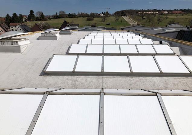 Sonnenschutzfolie auf Kunststoff bei Dächern von Industriegebäuden