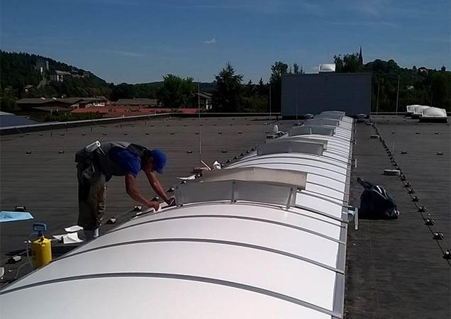 Sonnenschutzfolie auf Kunststoff auf einer Dachkuppel