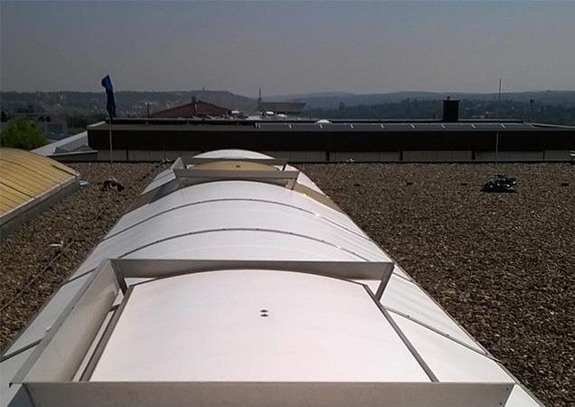 Sonnenschutzfolie auf Kunststoff auf einem Dach