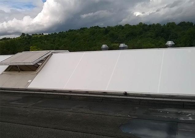 Sonnenschutzfolie auf Kunststoff auf einem schrägen Dach