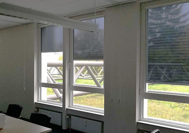 Hitzeschutzrollos von innen im Besprechungsraum