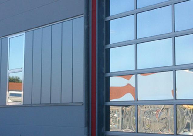 Sonnenschutzfolie auf Kunststoff bei Industriegebäuden