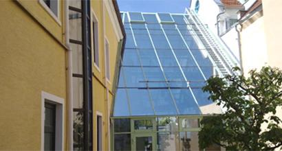 Sonnenschutzfolie auf einer Schrägverglasung bei einem Bürogebäude